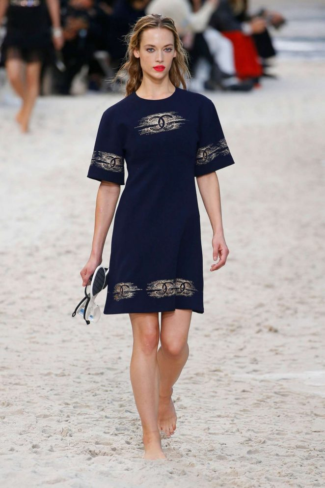 Hannah Ferguson – Chanel Runway Show in Paris