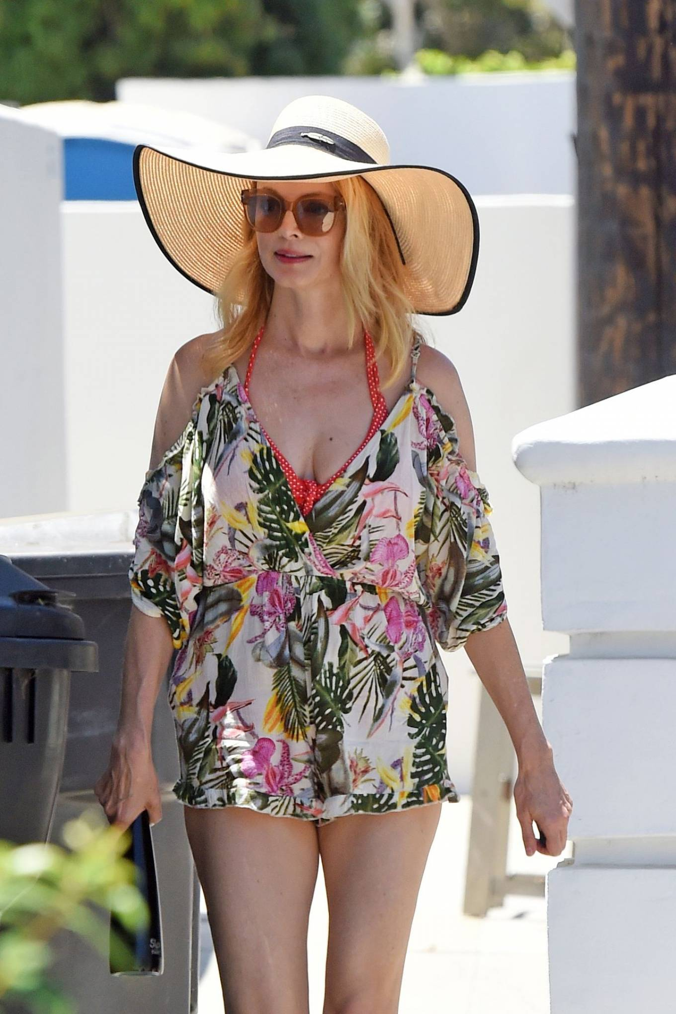 Heather Graham - Goes to a beach house with friends in Malibu