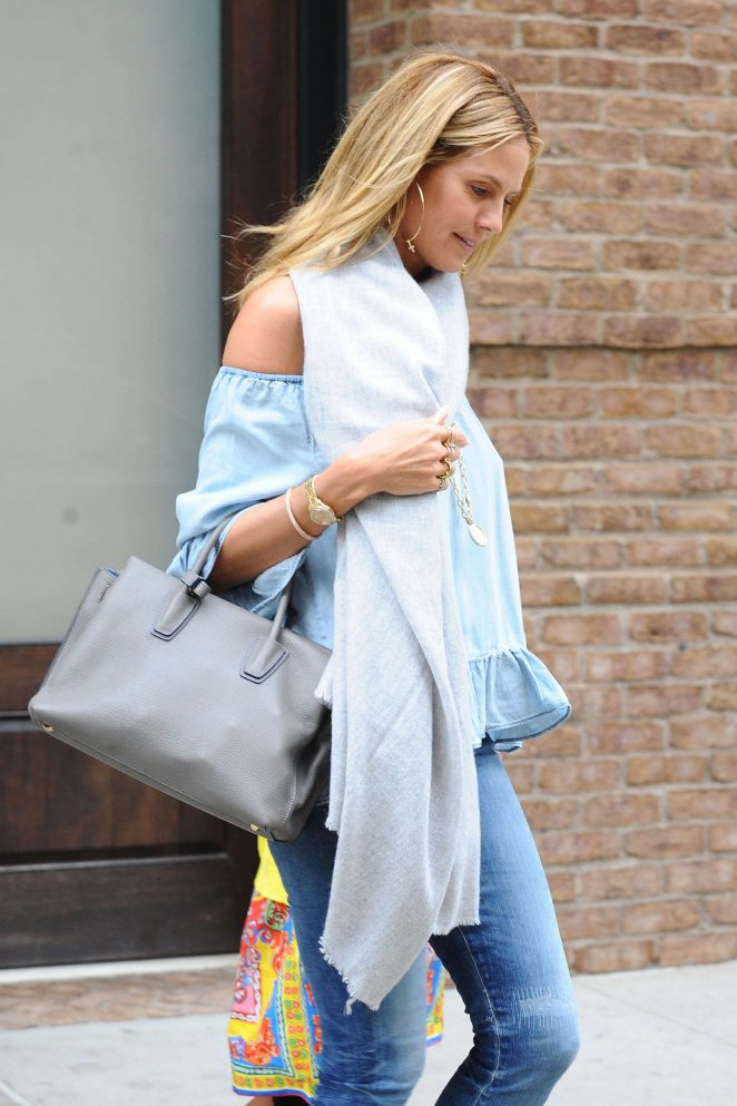 Heidi Klum Leaving her hotel -04