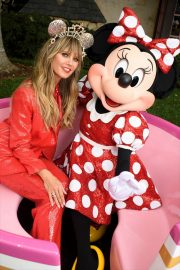 Heidi Klum - Poses with Minnie Mouse for Disney Designer Collection