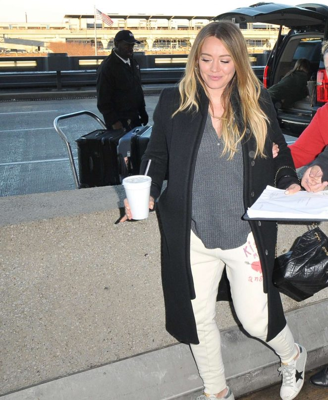 Hilary Duff – Arrives at Airport in Washington