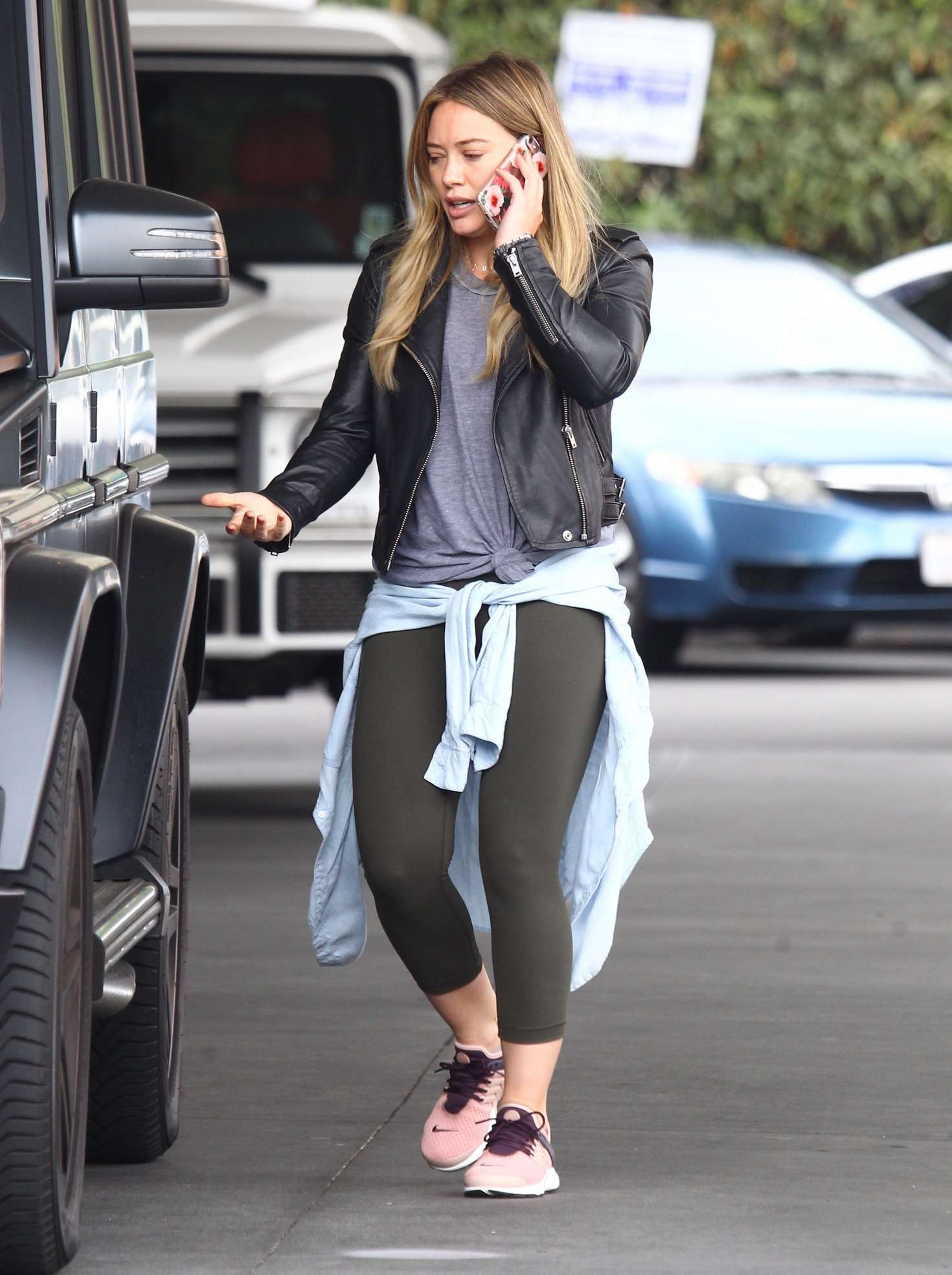 Hilary Duff 2016 : Hilary Duff at a gas station -02