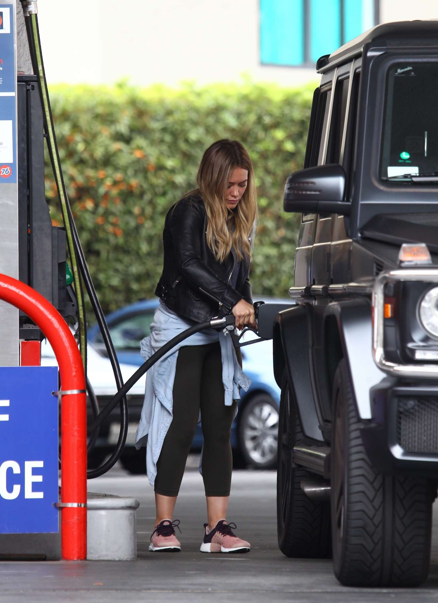 Hilary Duff 2016 : Hilary Duff at a gas station -15