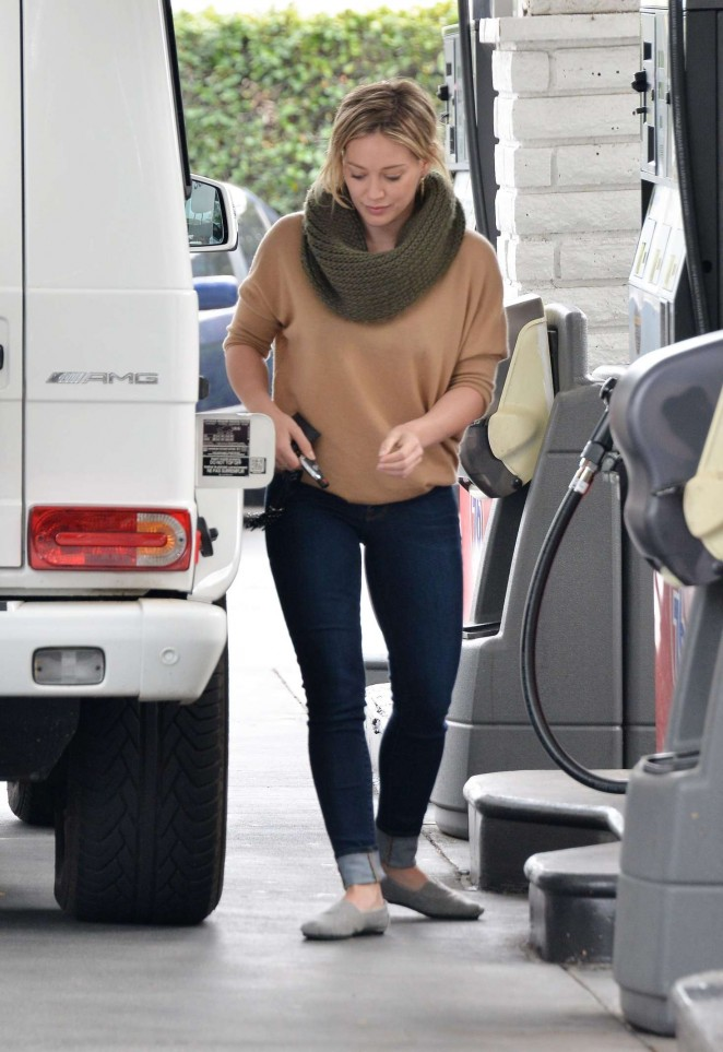 Hilary Duff 2016 : Hilary Duff at a gas station -19
