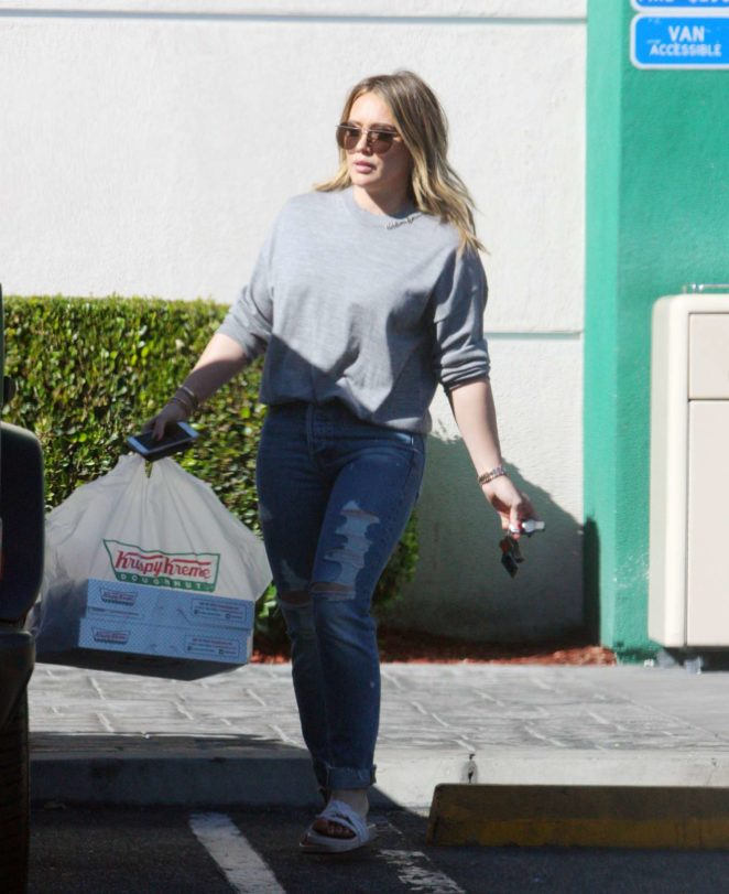Hilary Duff – Buying some pastries from Krispy Kreme in Beverly Hills