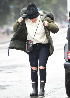 Hilary Duff - Goes out in the rain in Los Angeles