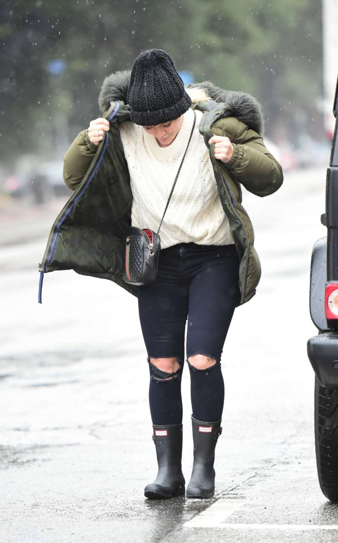 Hilary Duff – Goes out in the rain in Los Angeles