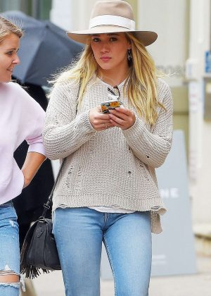Hilary Duff in jeans grabbing lunch at Sadelle's in SoHo