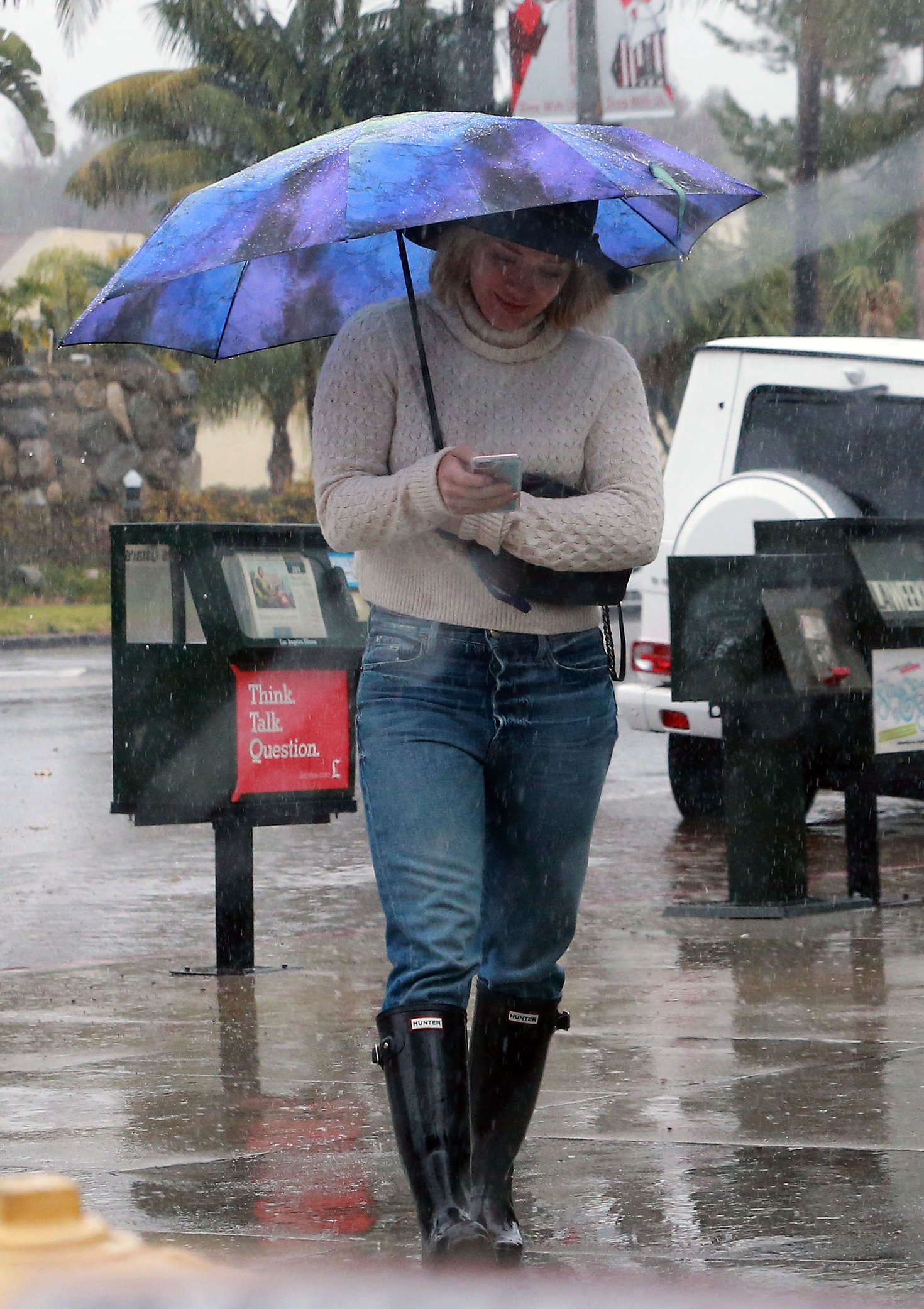 Hilary Duff 2016 : Hilary Duff in Jeans out on a rainy day -01