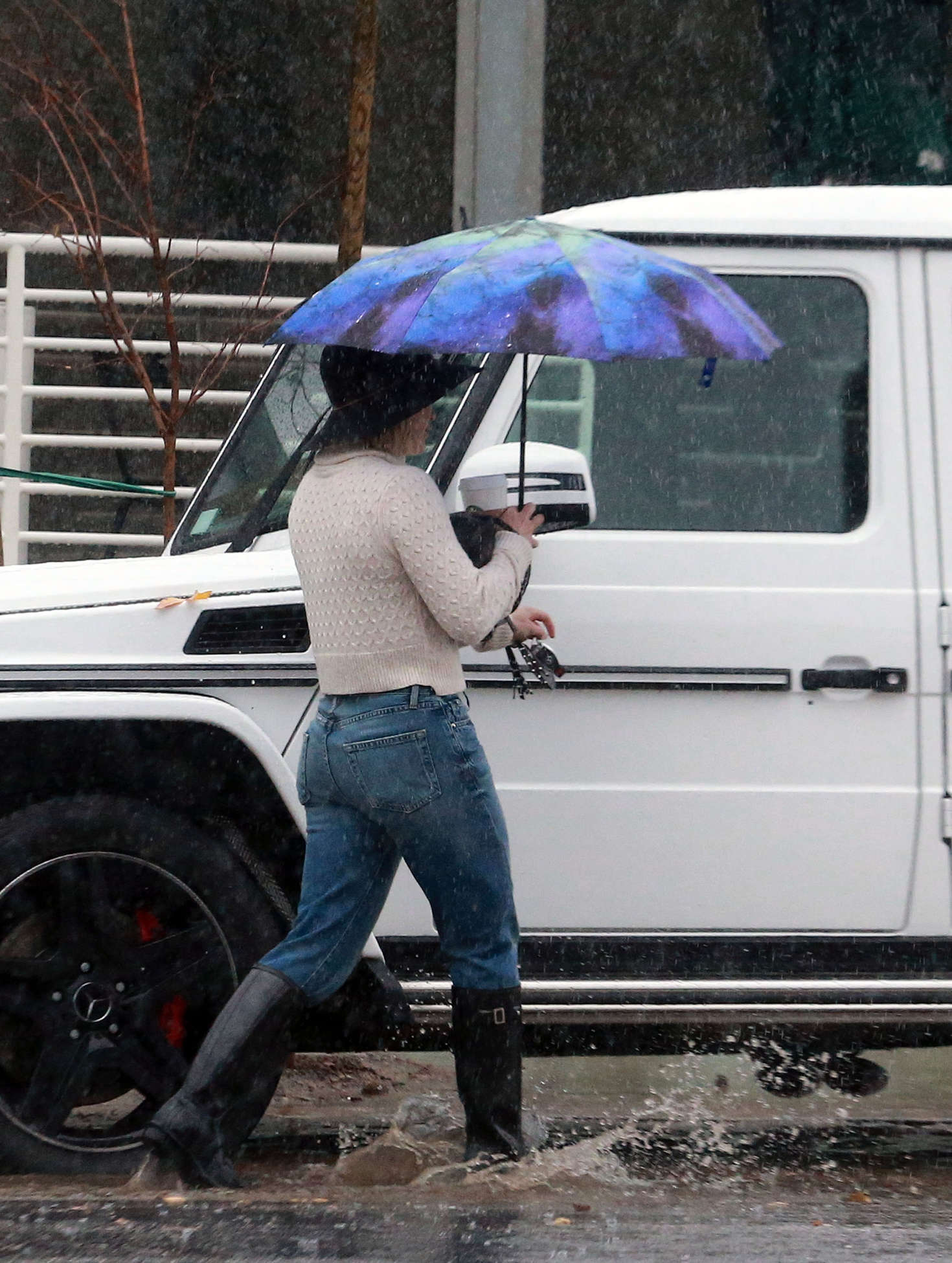 Hilary Duff 2016 : Hilary Duff in Jeans out on a rainy day -08