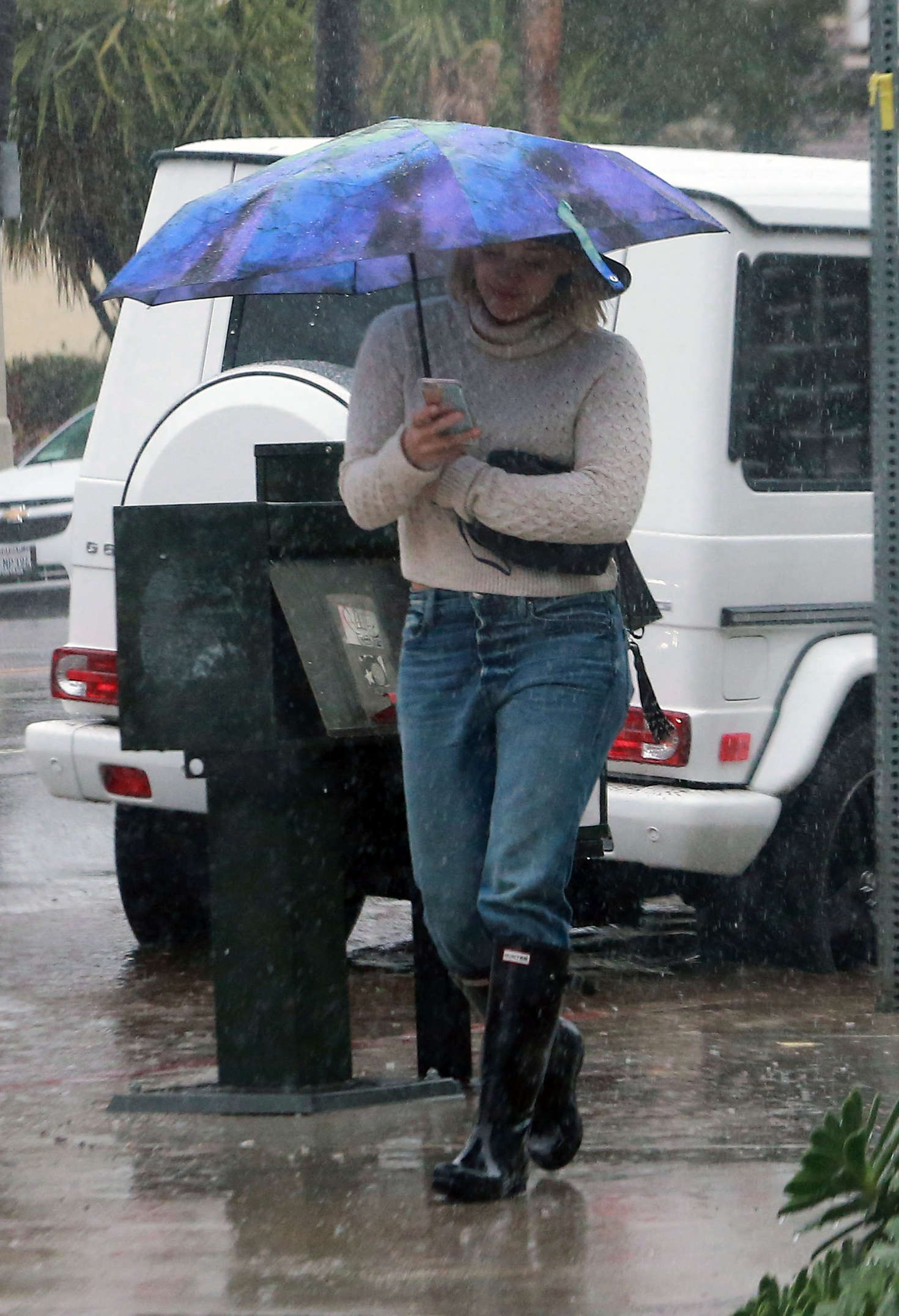 Hilary Duff 2016 : Hilary Duff in Jeans out on a rainy day -17