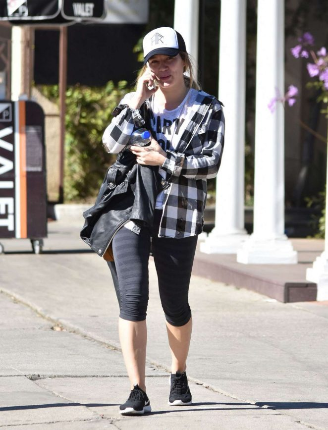Hilary Duff in Leggings Leaves Il Tramezzino in Studio City
