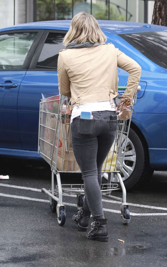 Hilary Duff - In tight jeans shopping candids