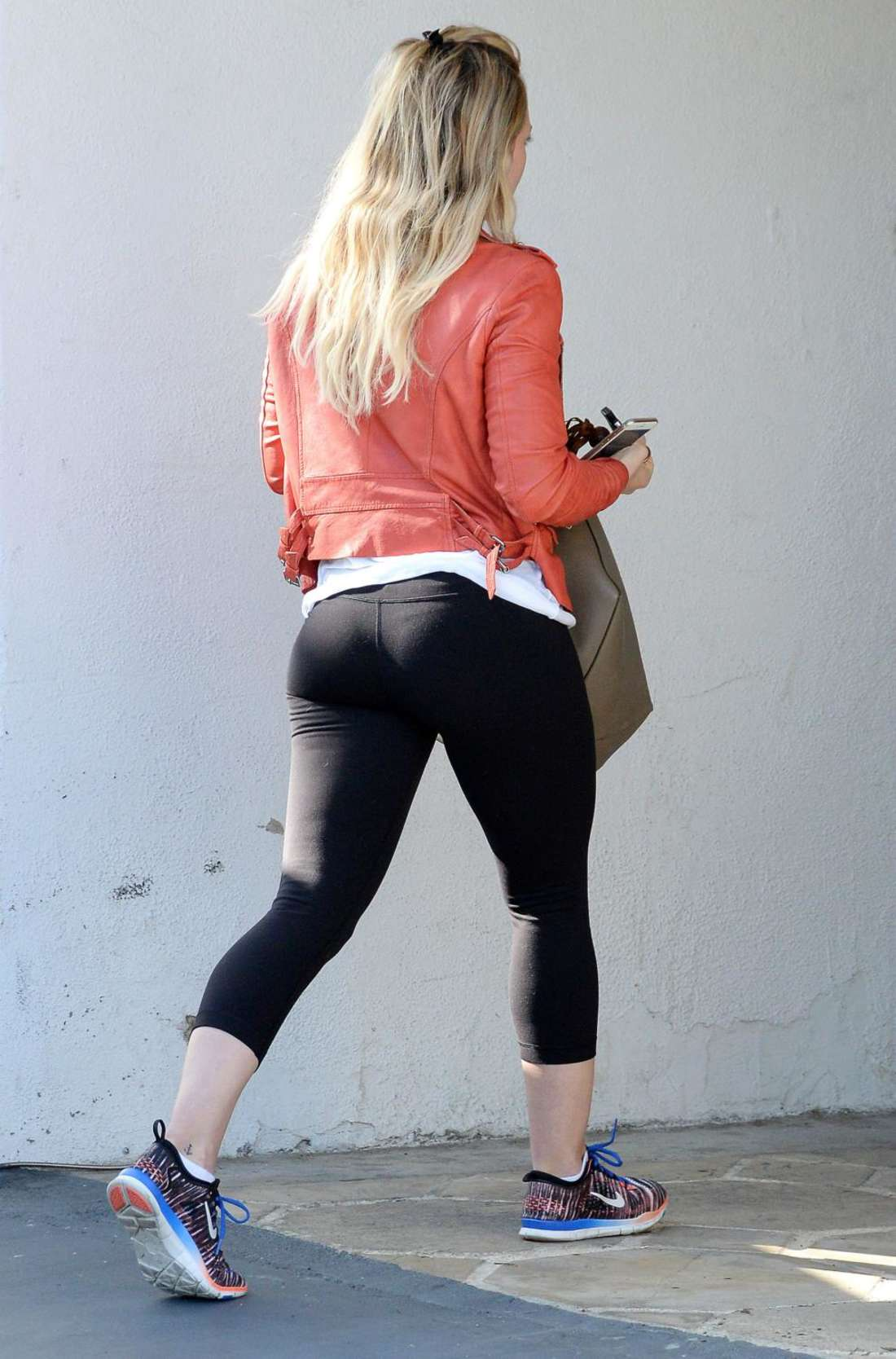 Hilary-Duff-Booty-in-tights-at-a-gym--04