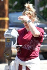 Hilary Duff - Pays the parking meter in LA