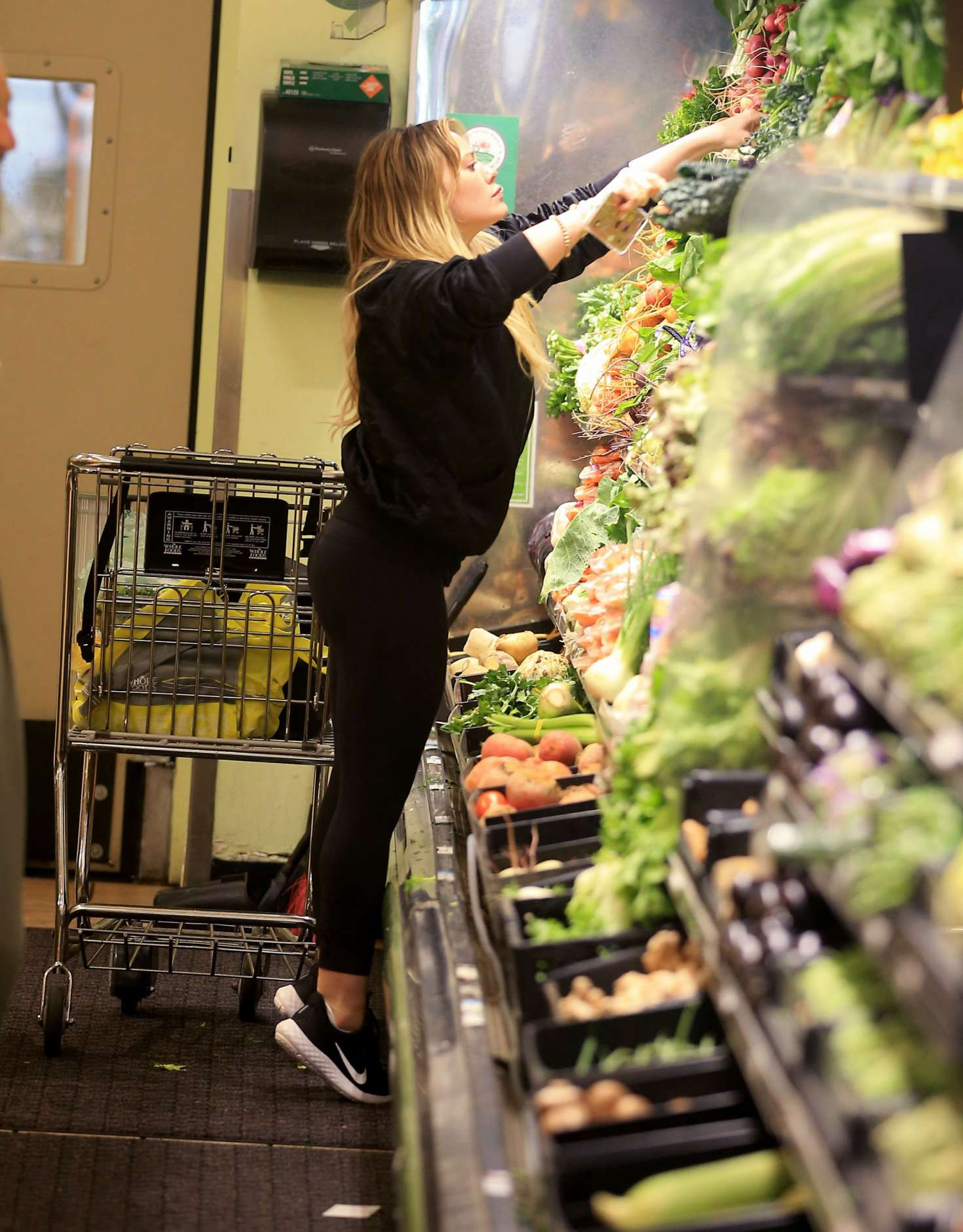 Hilary-Duff:-Shopping-at-Whole-Foods--06