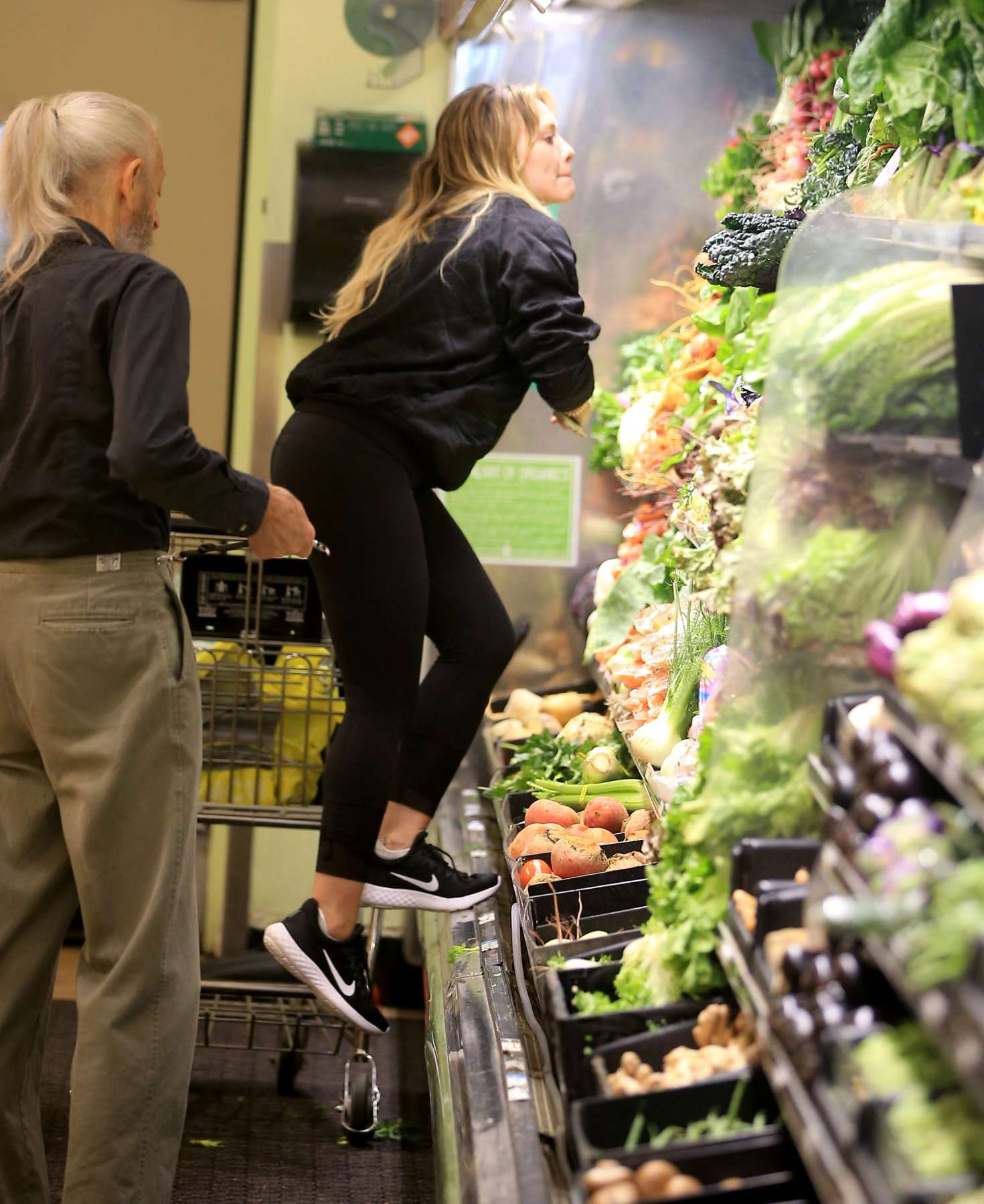 Hilary-Duff:-Shopping-at-Whole-Foods--11
