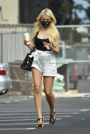 Holly Madison - Seen as she stops at a studio in Los Angeles