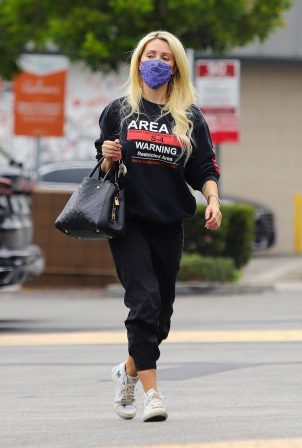 Holly Madison - Shopping candids