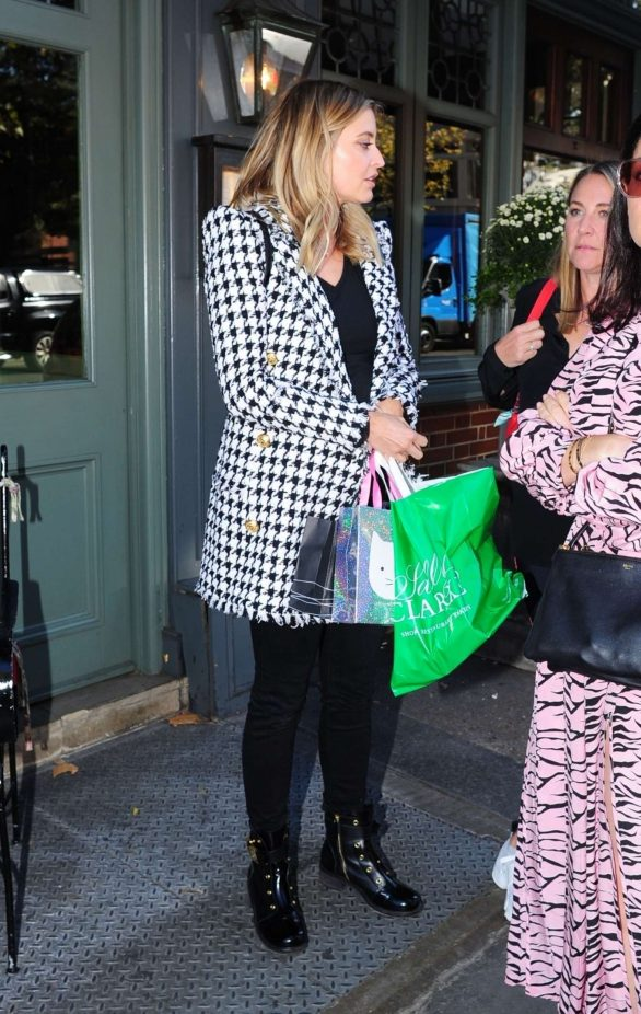 Holly Valance - Outside the Ivy Chelsea Restaurant in London