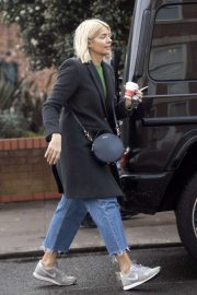 Holly Willoughby - Shopping at Gails bakery in London