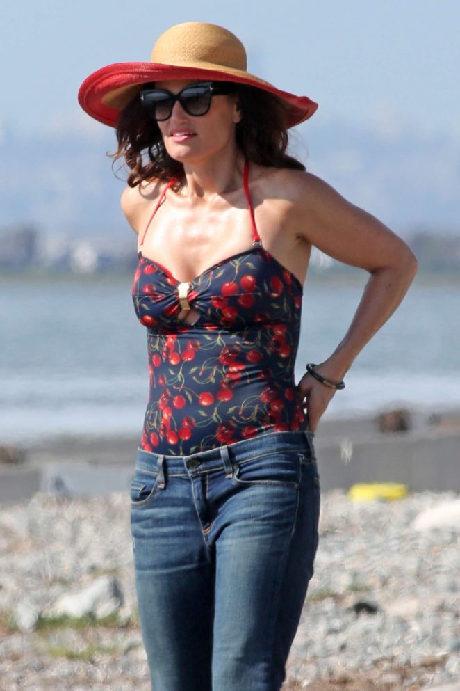 Idina Menzel in jeans filming scenes for the 'Beaches' in Surrey