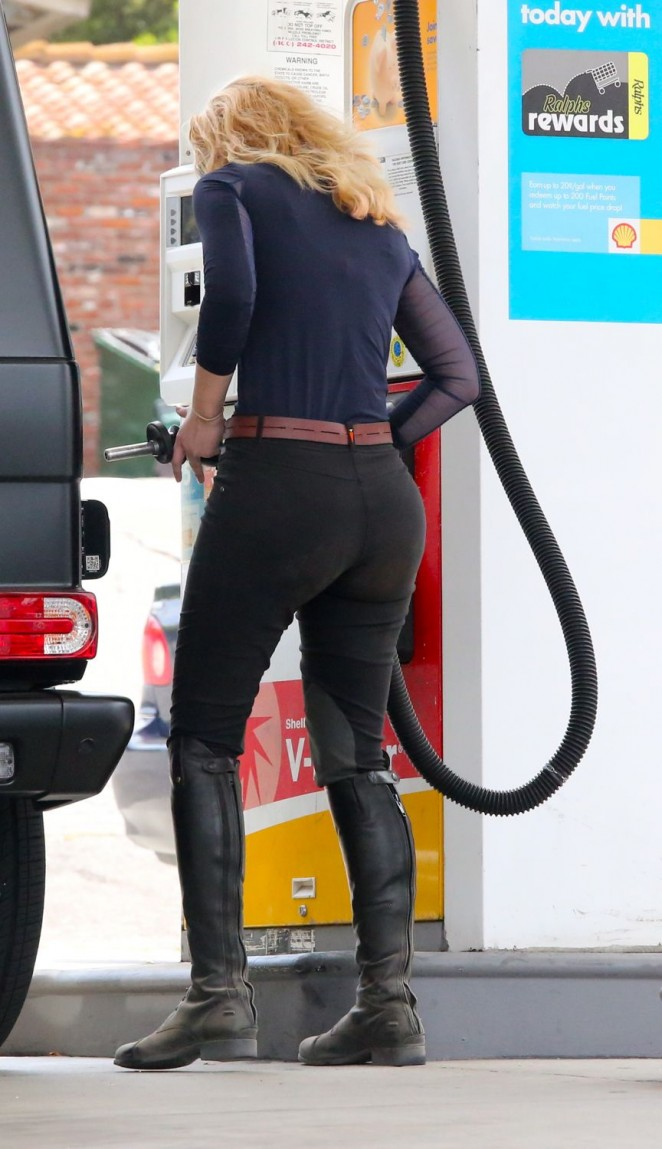 Iggy Azalea in Tights at a gas station in LA