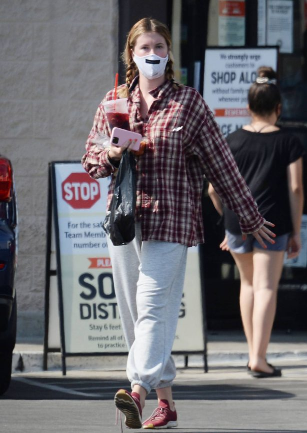 Ireland Baldwin - Buys iced tea and beer at Latino grocery store in LA