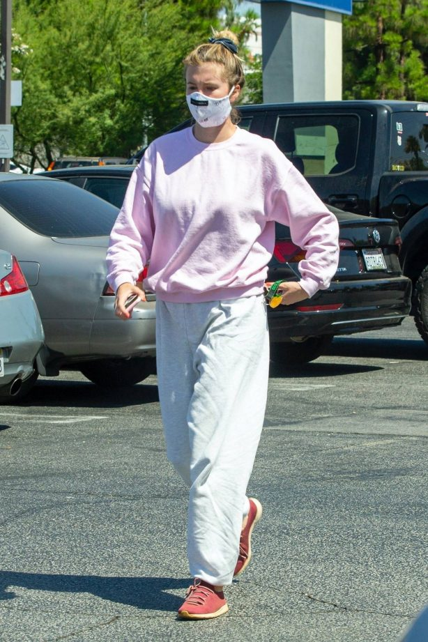 Ireland Baldwin - Going to a urgent care facility in Northridge