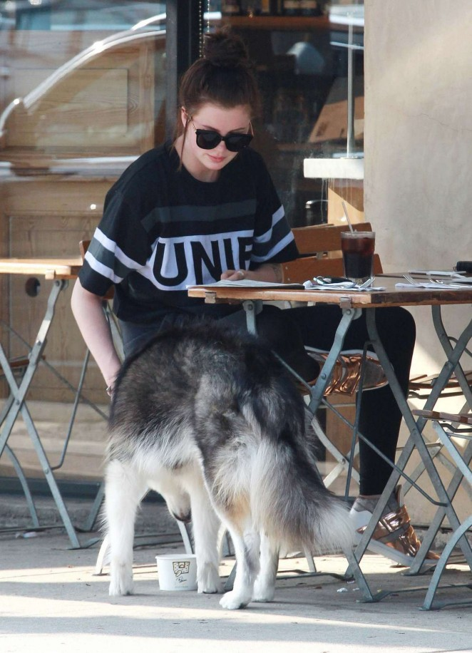 Ireland Baldwin - Lunching With A friend at Le Pain Quotidien