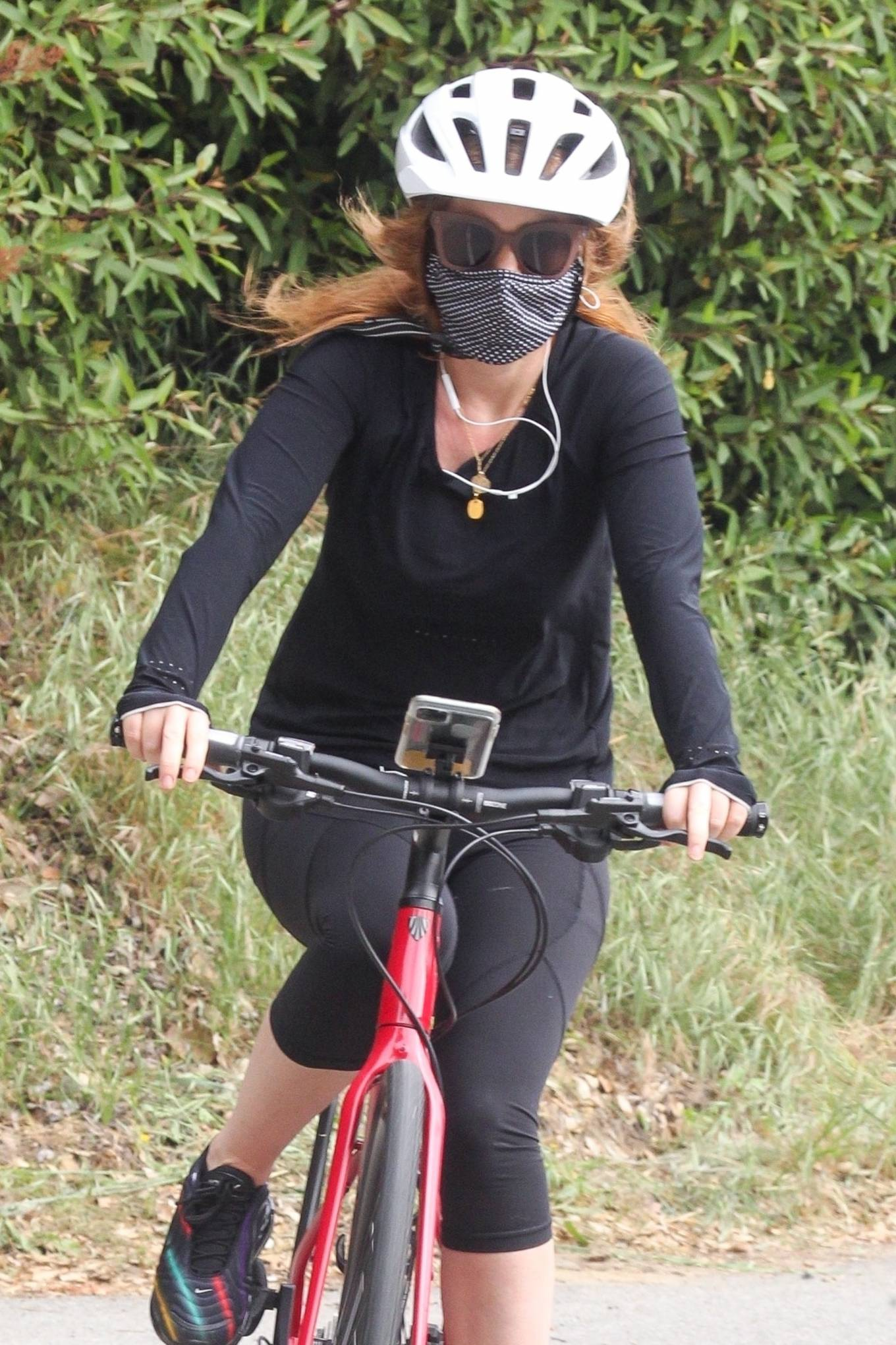 Isla Fisher - Bicycle riding in Los Angeles