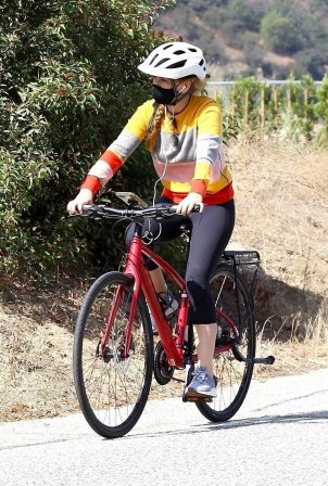 Isla Fisher - Bike ride on the streets of Hollywood Hills
