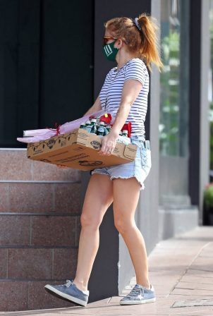 Isla Fisher - Carry her Valentine's Day essentials at Rose Bay in Sydney