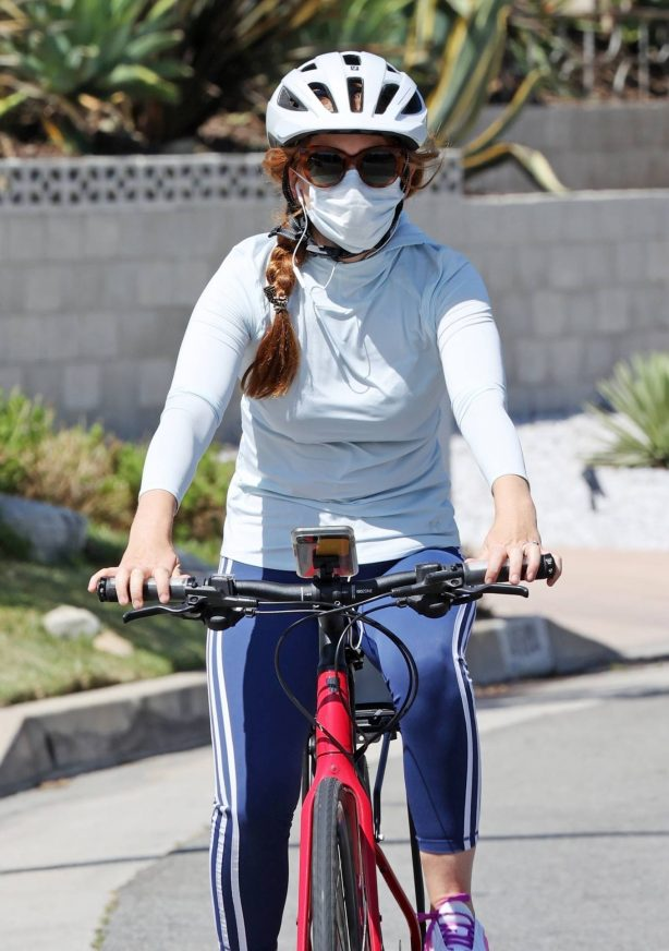 Isla Fisher - Enjoying a bike ride in Los Angeles