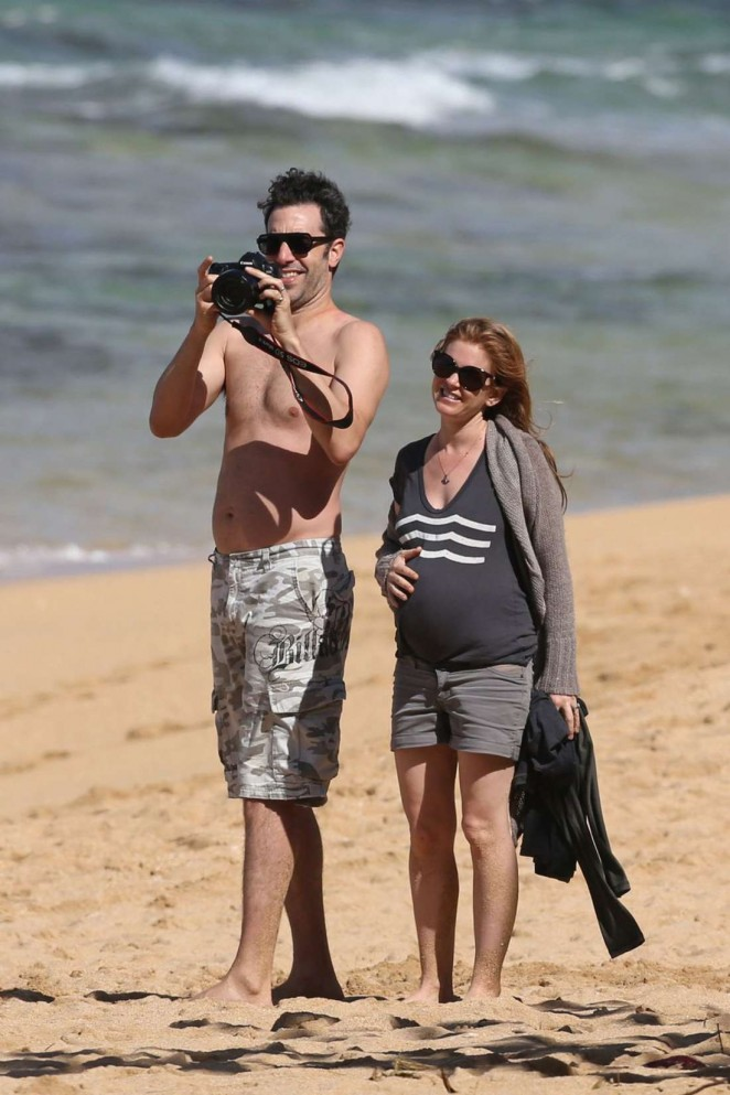 Pregnant Isla Fisher in Shorts on the Beach With Hubby Sacha Baron Cohen in Hawaii