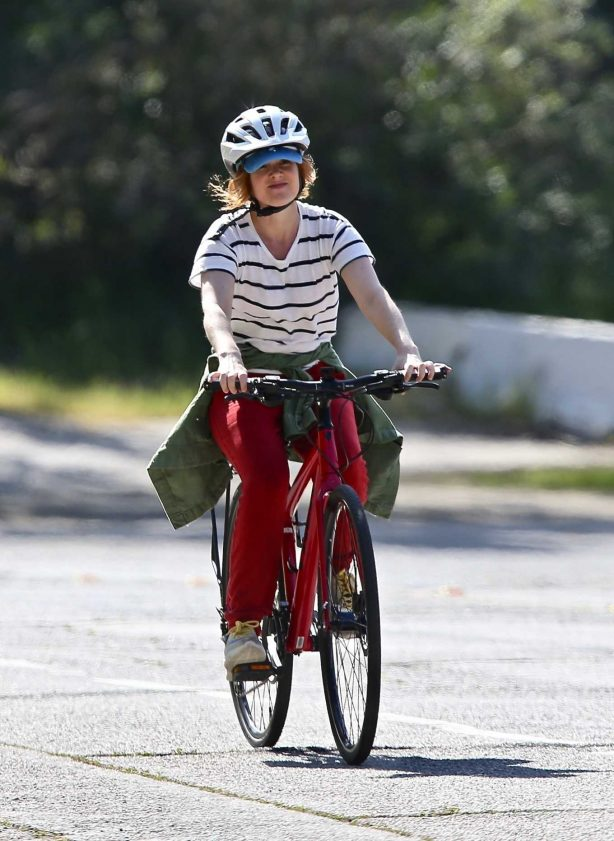 Isla Fisher - Out for a bike ride in LA
