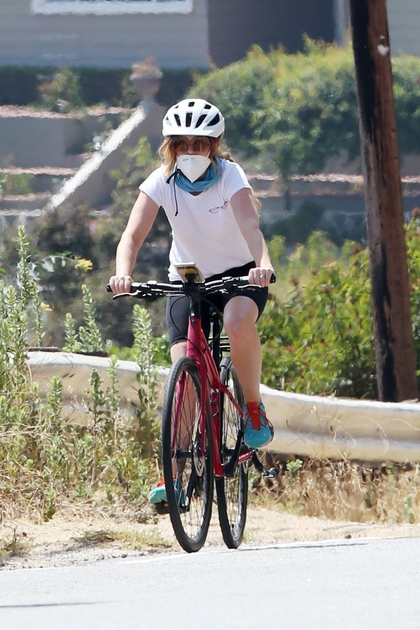 Isla Fisher - Out for a bike ride in Los Angeles