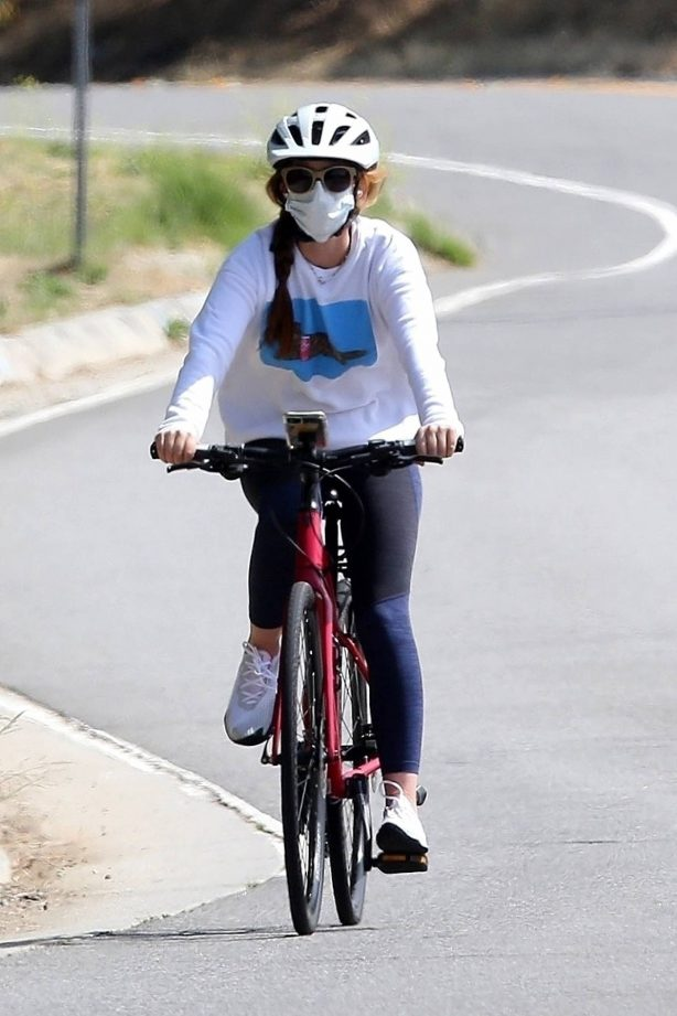 Isla Fisher - Riding her bike in Los Angeles