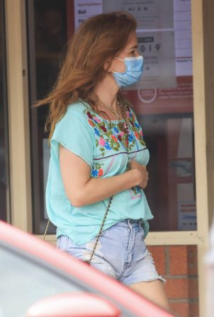 Isla Fisher - Runs errands in town Byron Bay