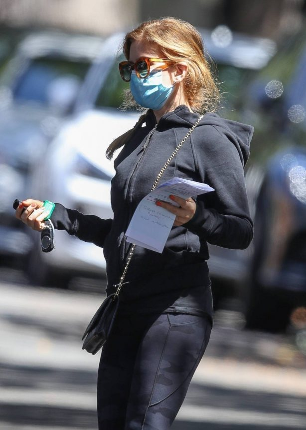 Isla Fisher - Seen at a doctor's office in Double Bay in Sydney
