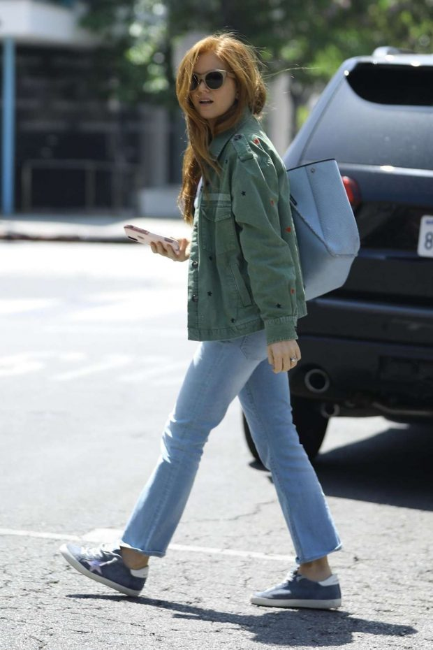 Isla Fisher: Shopping on Melrose Place -04