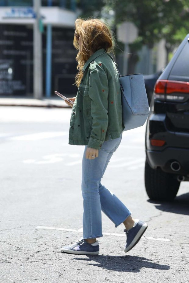 Isla Fisher: Shopping on Melrose Place -06