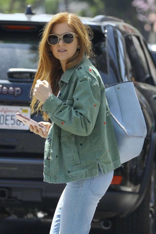 Isla Fisher - Shopping with a friend on Melrose Place in Los Angeles