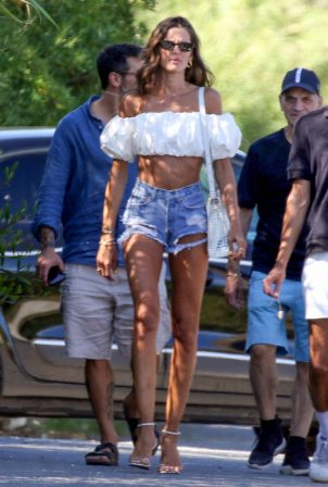 Izabel Goulart with friends in Saint-Tropez