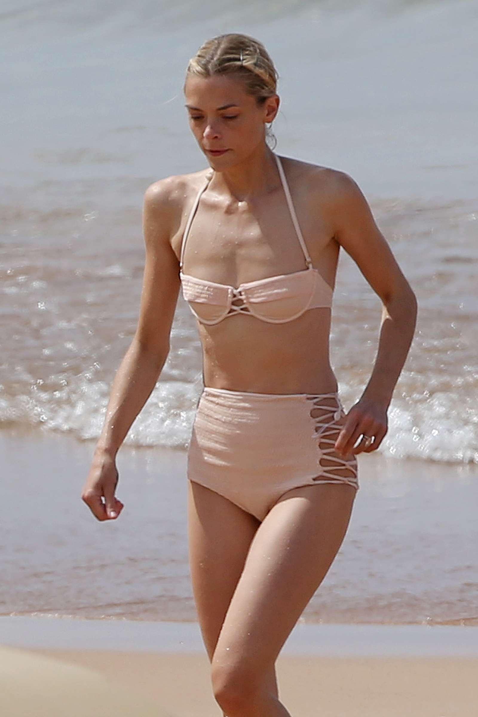 Jaime King – Bikini Candids in Maui – GotCeleb