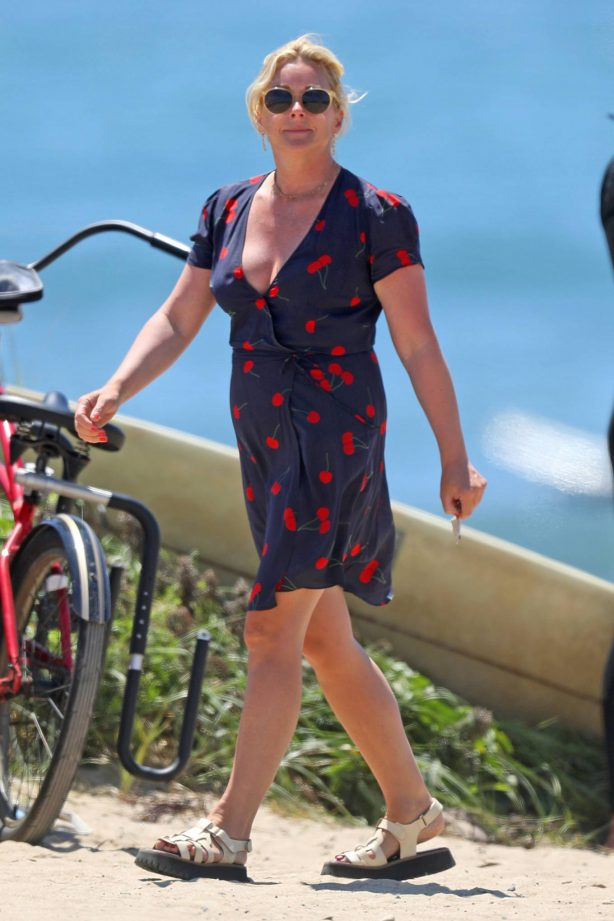 Jane Krakowski - Spotted on the beach in the Hamptons