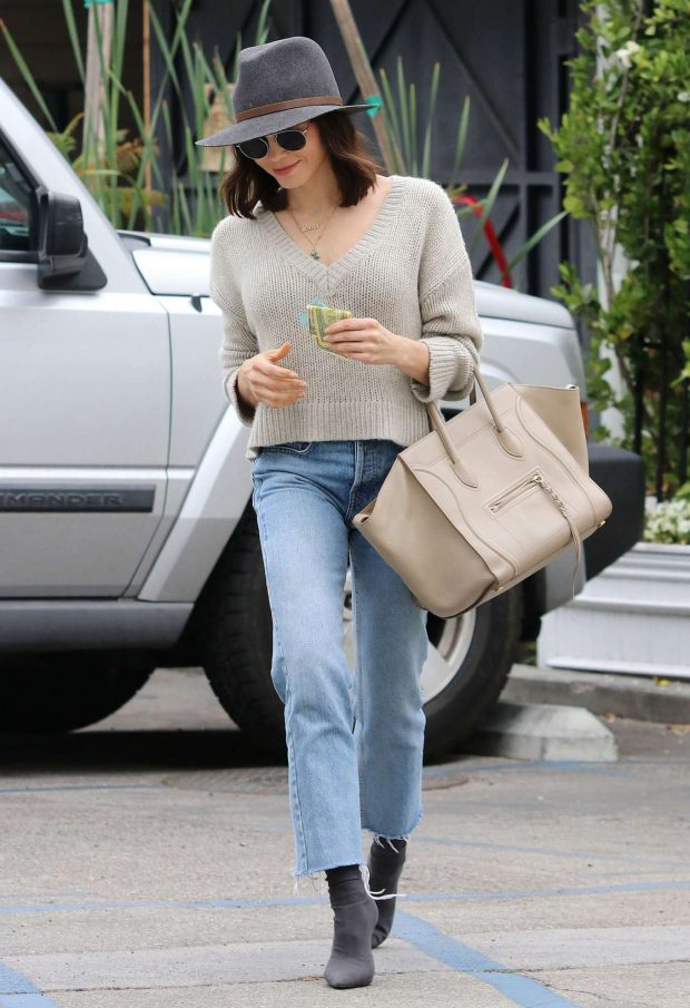 Jenna Dewan in Jeans and Hat -01
