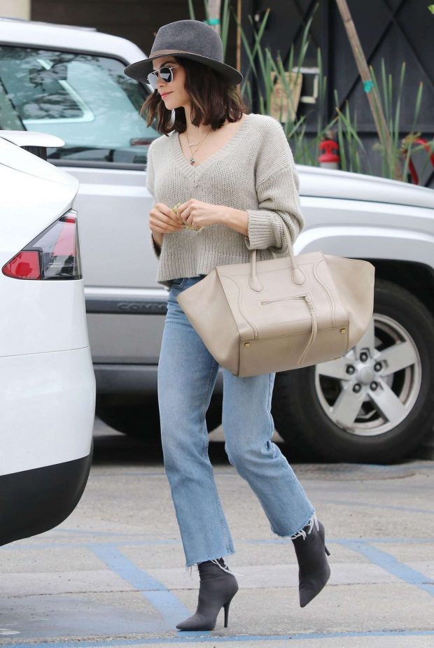 Jenna Dewan in Jeans and Hat -05