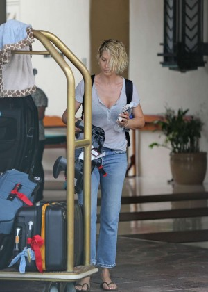 Jenna Elfman in Jeans Leaves her hotel in Hawaii