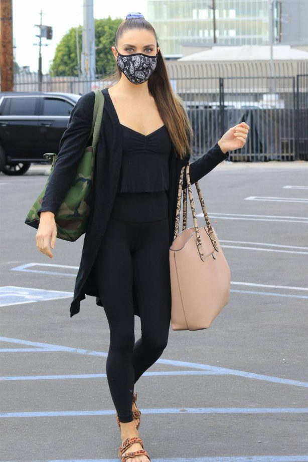 Jenna Johnson - Arriving at a dance studio in Los Angeles